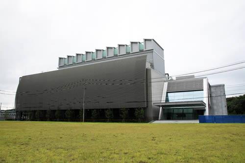 白河データセンター1号棟(右側は管理棟)
