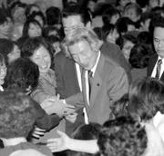 小泉前首相は、どこに行っても人気者。人の「集まり度」は安倍首相より多い、という証言は多い。忠実にしてコワモテの飯島氏はなにをもくろむ?