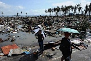 台風30号で壊滅的被害を受けたフィリピン・レイテ島タクロバンの沿岸地域=10日【写真提供・<a href=