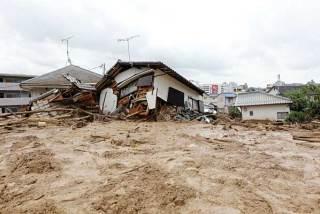 崩れた土砂で流された民家=20日午後0時11分、広島市安佐南区【時事通信社】