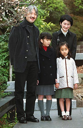 山口蓬春記念館を訪れた秋篠宮ご一家(2002年1月26日、神奈川・葉山町一色)(時事通信社)