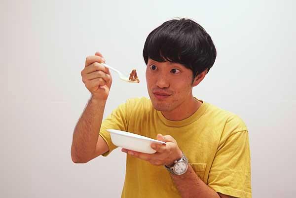 太秋柿カレーカレーを試食するジュピター石田