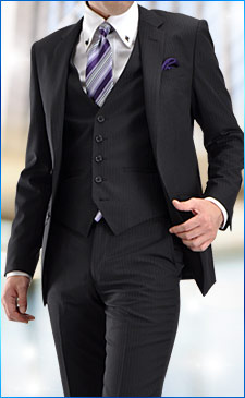 ベスト付スーツに綿100%シャツ、SILK100%チーフ&ネクタイを合わせて洗練コーデの完成!<br><br>