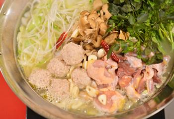 北海道 小樽地鶏のコラーゲンたっぷり白湯鍋
